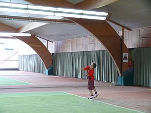 Schüler in nahegelegener Tennishalle