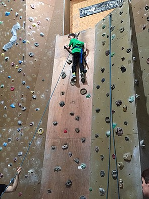 Schüler beim Free Climbing