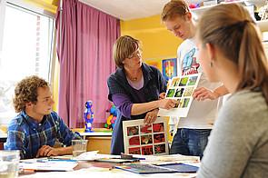 Schüler im Kunstraum im Schloss Buldern