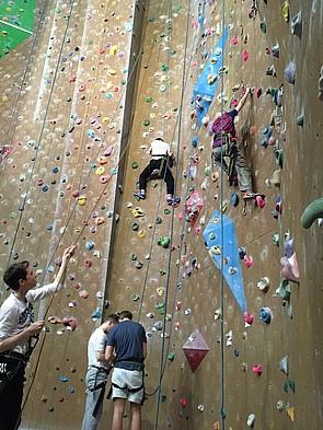 Schüler beim Klettern an der Kletterwand
