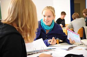 Schülerinnen am Tisch im Klassenraum am Internat Schloss Buldern