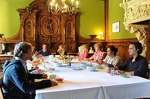 Schüler beim Essen in Schloss Buldern
