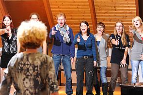 Theater AG: Theatergruppe auf der Bühne