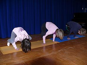 Yoga-AG: Schüler während einer Yoga-Übung