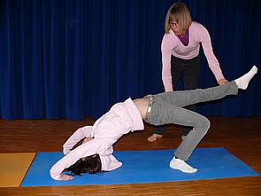 Yoga-AG: Schülerin währen einer Yoga-Übung