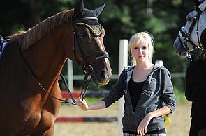 Schülerin mit Pferd