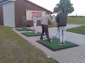 Internatsschüler am nahegelegenen Golfplatz