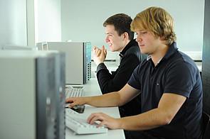 Oberstufenschüler im Computerraum am Internat Schloss Buldern