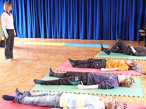 Yoga-AG: Schüler beim Yoga
