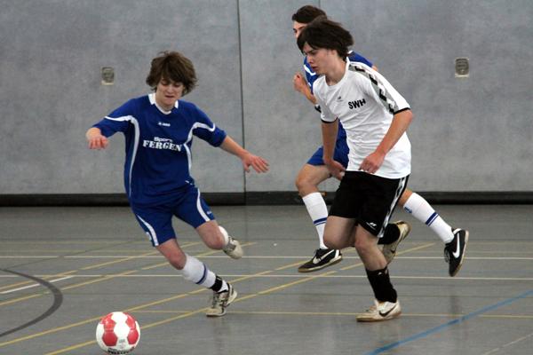 Schüler beim Fussball in der Halle