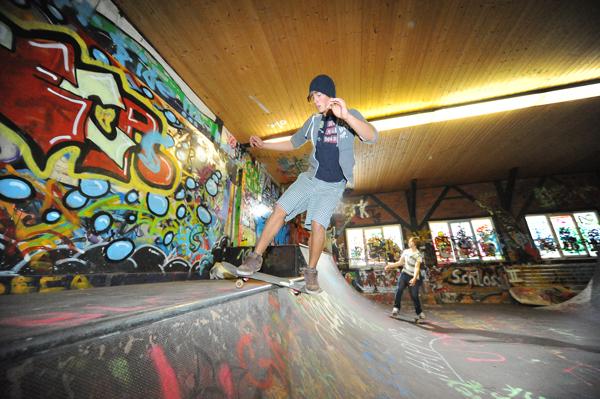 Skater in der Skatehalle