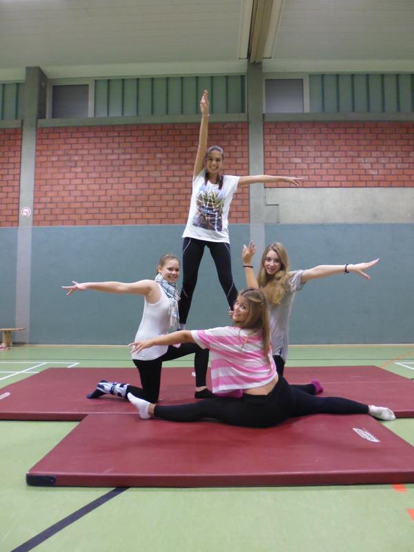 Turnen im ISB: Schülerinnen beim Training